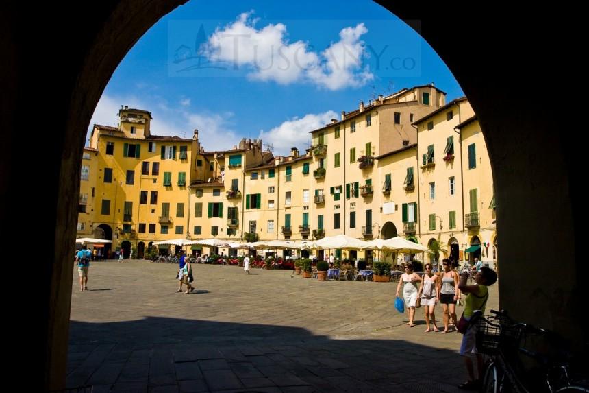 Piazza Anfiteatro Lucca Tuscany - Amphitheatre Square in ...